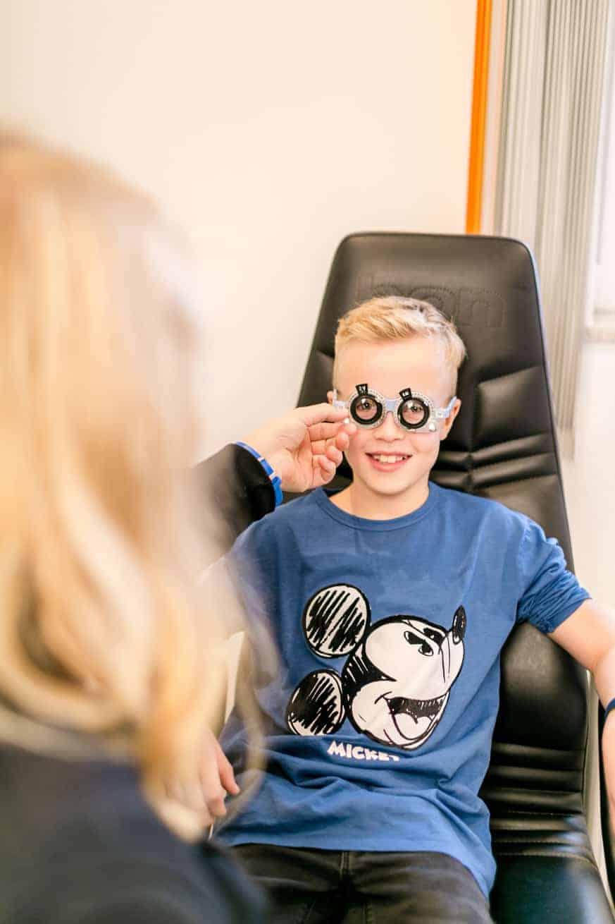 Brillenanpassung in der Sehschule für Kinder in Ettlingen