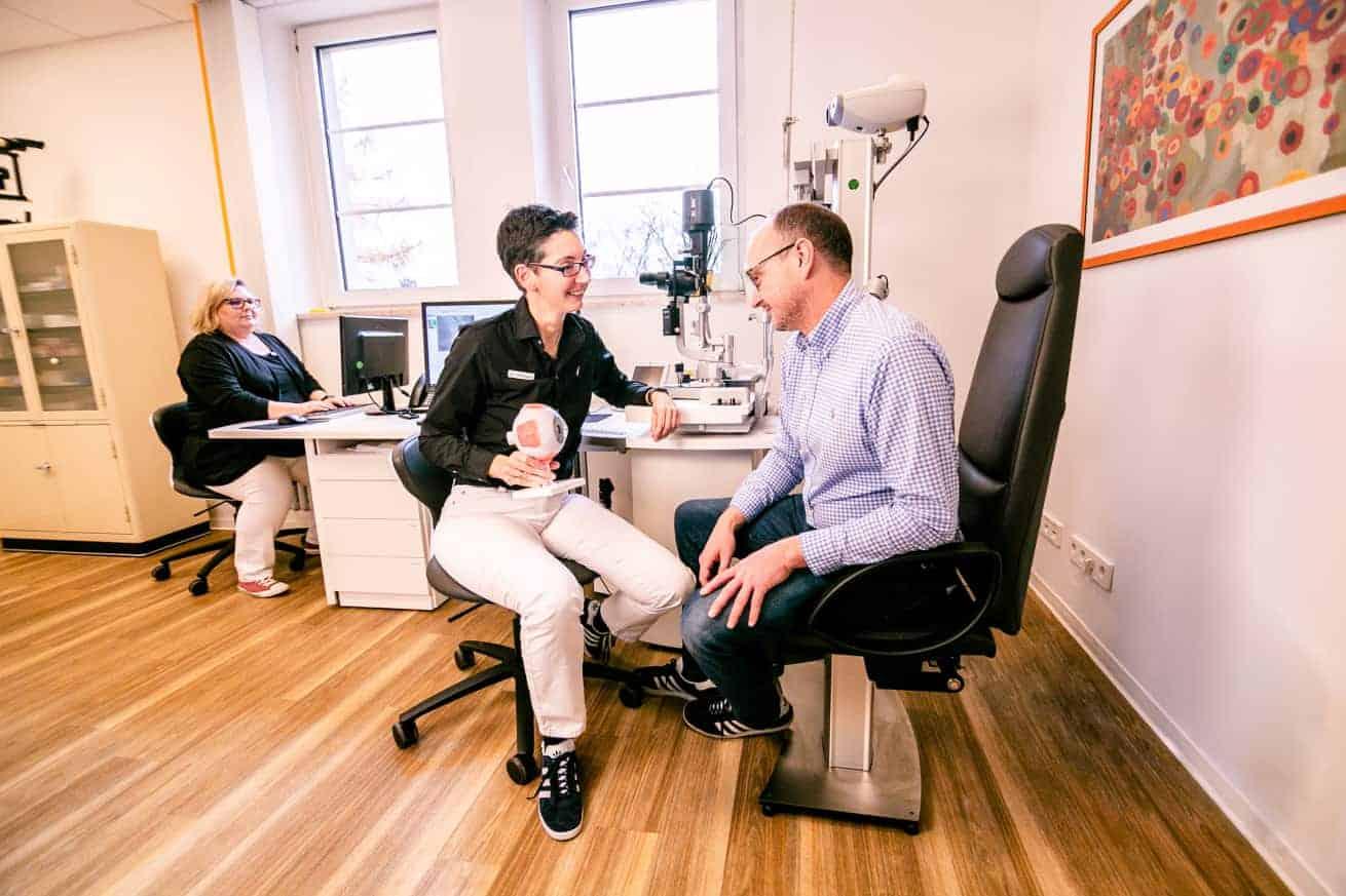 Sehschärfeprüfung & Brillenanpassung: Augenärztlicher Check-up in der Augenarztpraxis Ettlingen