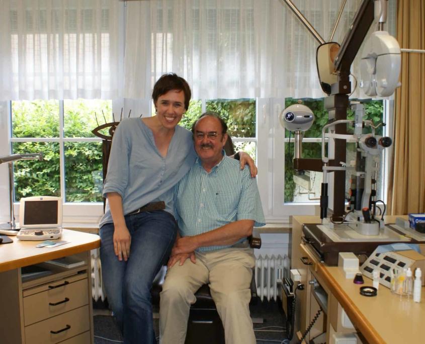 Praxisgeschichte: Dr. Kirstin Schubert mit ihrem Vater Dr. Ullrich Schubert - Augenarztpraxis Ettlingen