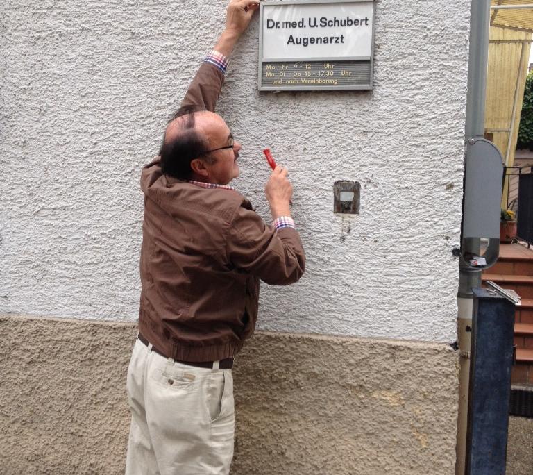 Praxisgeschichte: Dr. Ullrich Schubert 2013 bei der Praxisübernahme durch seine Tochter - Augenarztpraxis Ettlingen