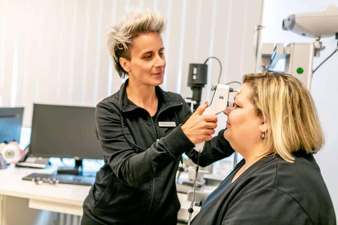 Messung des Augeninnendrucks in unserer Augenarztpraxis in Ettlingen mit dem icare ic100 Tonometer